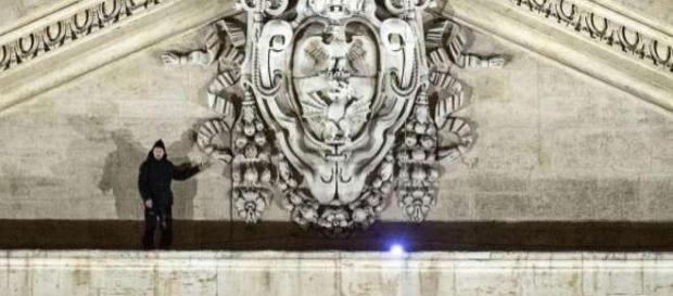 L'uomo fotografato sulla facciata di S.Pietro