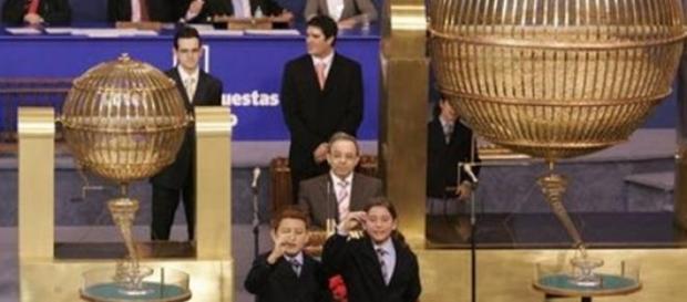 Niños cantando los numeros premiados