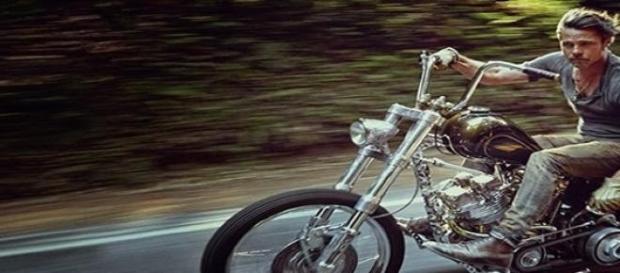 Brad Pitt se muestra libre en la carretera
