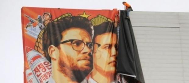 Cartaz do filme sendo retirado nos Estados Unidos