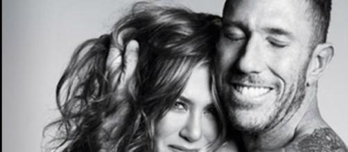 Jennifer Aniston posa en topless junto a Christian