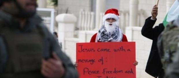 Manifestante vestido de Santa. Foto: Reuters