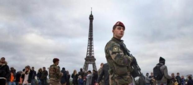 Soldados franceses fazendo a segurança do local