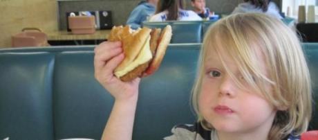 Crianças que comem fast food têm notas mais baixas