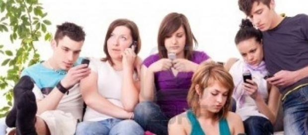 jovenes utilizando su telefono movil