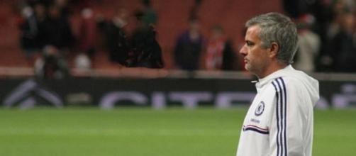Mourinho continua a liderar em Inglaterra.