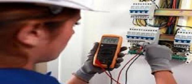 Eletricista trabalhando com equipamento