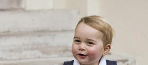 El pequeño George vestido en modo simple y barato.