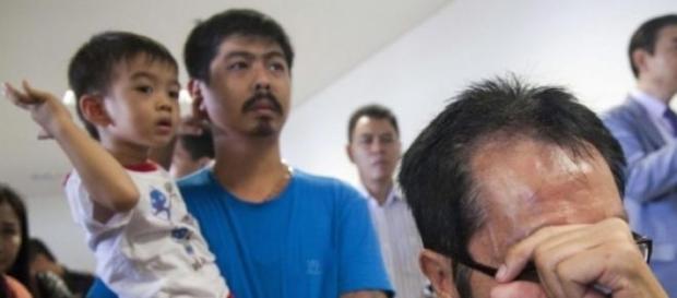 Famílias esperam por notícias do voo desaparecido