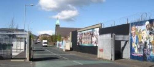La puerta que divide ambos barrios y sus murales