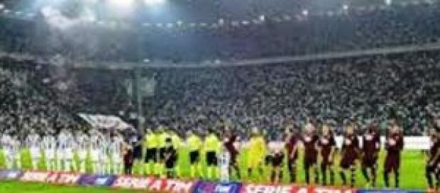 Le squadre schierate prima dell'inizio del derby