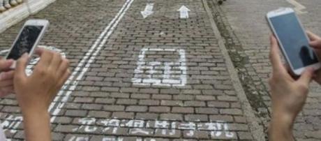 Il marciapiede dedicato ai messaggi in Cina