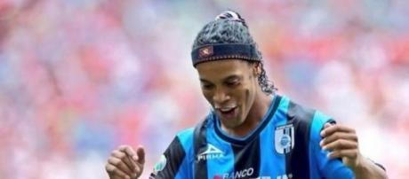 Ronaldinho no sabe que hacer con su futuro