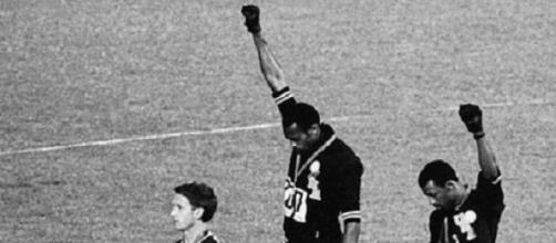 Tommie Smith y John Carlos mostrando su guante.