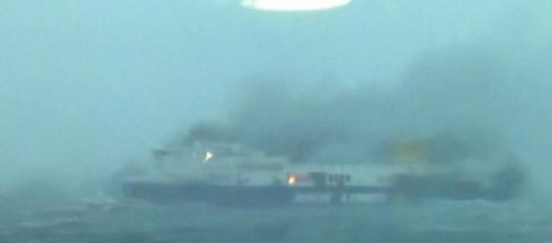 Il traghetto ancora in fiamme