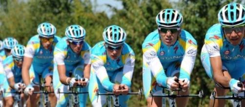El equipo Astana suspendido.