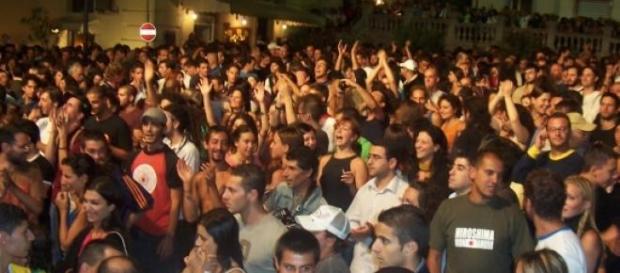 Concentración de personas en un acto festivo