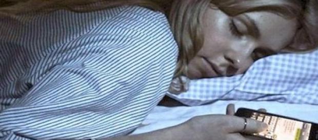 Dormir con teléfono móvil es nocivo para la salud