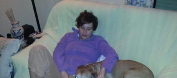 Teresa Romero con su perro Exalibur