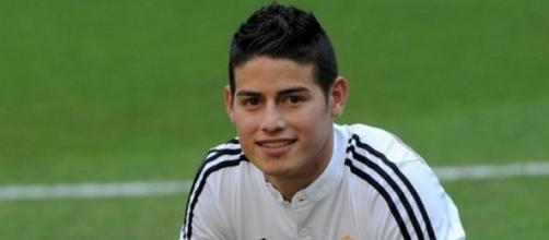 James posando con la camiseta del Real Madrid.