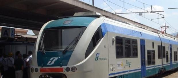 Un convoglio ferroviario fermo alla stazione