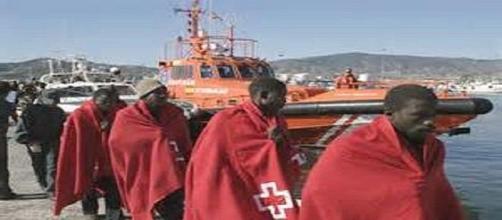Inmigrantes rescatados en el puerto de Almería