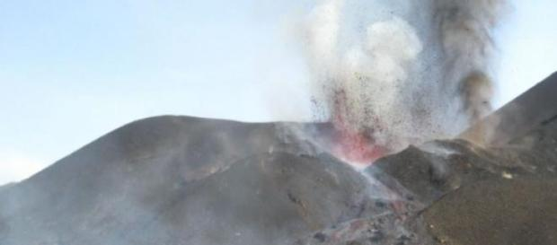 Foto do vulcão em erupção.