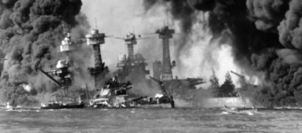 USS Arizona a arder após o ataque