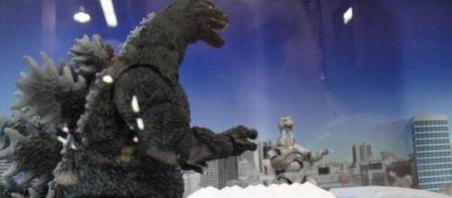 Un diorama de Godzilla atacando una ciudad