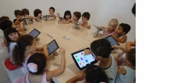 Crianças em sala de aula usando tablet