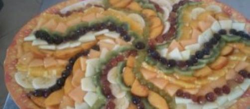 Coppa di crema vegana decorata con frutta