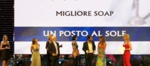 Il cast di 'Un posto al sole' in una premiazione