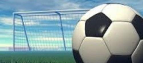 Campo di calcio, pallone nel verde