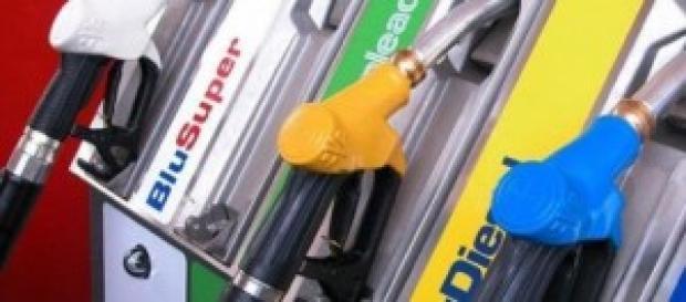 Auto, aumenti benzina e gasolio