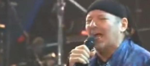 Vasco Rossi canta Dannate Nuvole