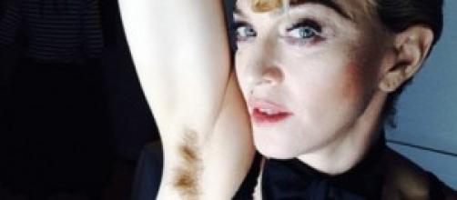 Madonna mostra conturbante l'ascella pelosa