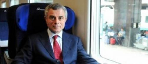 M.Moretti su una poltrona di un vagone ferroviario