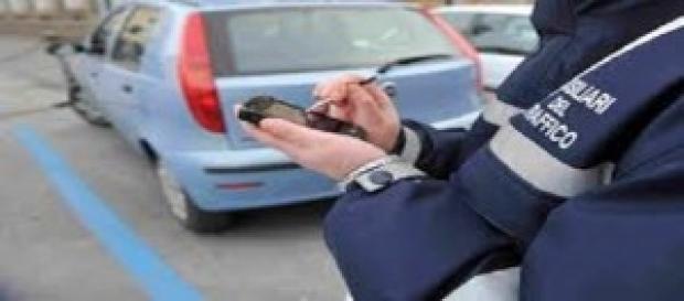 avviso di multa lasciato sul cruscotto dell'auto