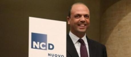 Angelino Alfano mostra simbolo NCD