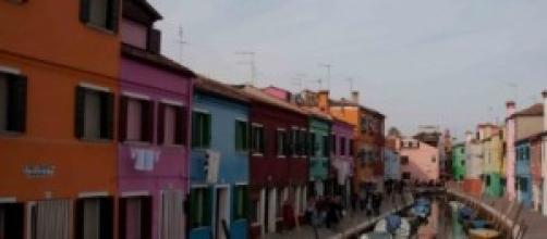squarcio dell'isola di Burano con le case colorate