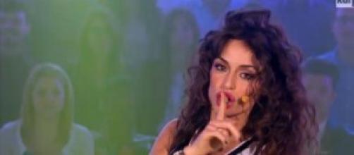 Raffaella Fico Calendario 2020.Raffaella Fico Diventa Cantante Prima Esibizione Tv E Info