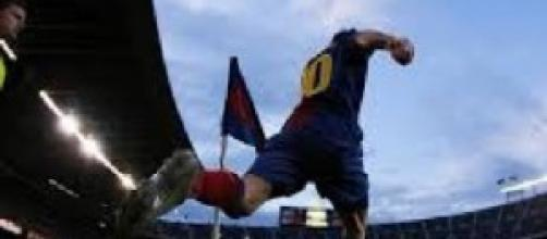 Lionel Messi pronto a battere il calcio d'angolo.