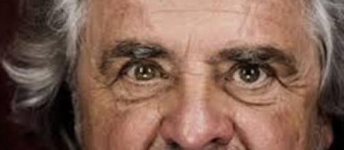 Beppe Grillo contro Berlusconi :E' un pover'uomo