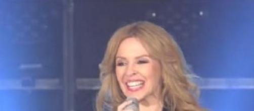 Kylie Minogue come Emma Marrone, slip in evidenza