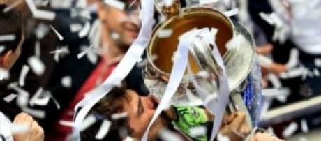 Iker Casillas solleva la Coppa.