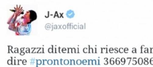 J-Ax, perfido, cinguetta il cellulare di Noemi