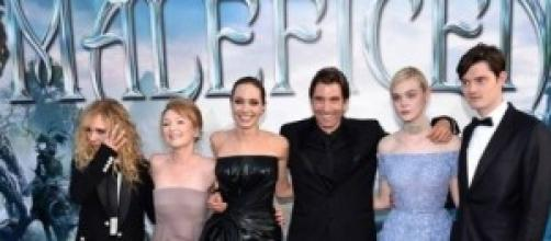 Angelina Jolie con il cast del film Maleficent.