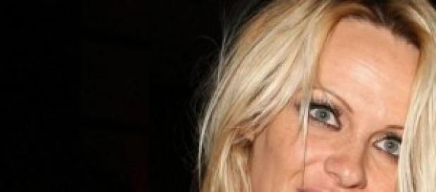 Pamela Anderson confessa: il seno l'ha aiutata