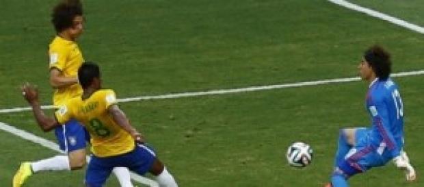 El 'Memo' el saca un balón a Paulinho.