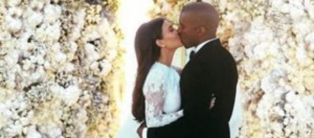 Primer beso de Kim y Kanye como marido y mujer